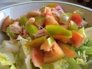 イタリアに住んでいた頃のサラダです。トマト、豆、葉物野菜にパプリカ、この後は、ツナかモッツァレラチーズ。
