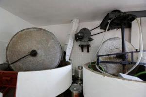 50年ほど前まで使用していた石臼。白い筒状のところから洗浄されたオリーブが落ちてきます。大きな石臼をゆっくり回すことにより温度を上げずにミル状にします。この地域の動力は水車。