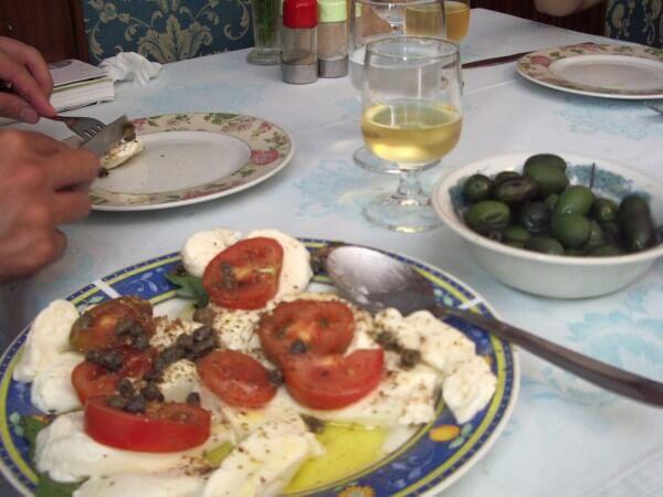 カプレーゼ南イタリア、オリーブオイルがお皿に溜まっています(笑)