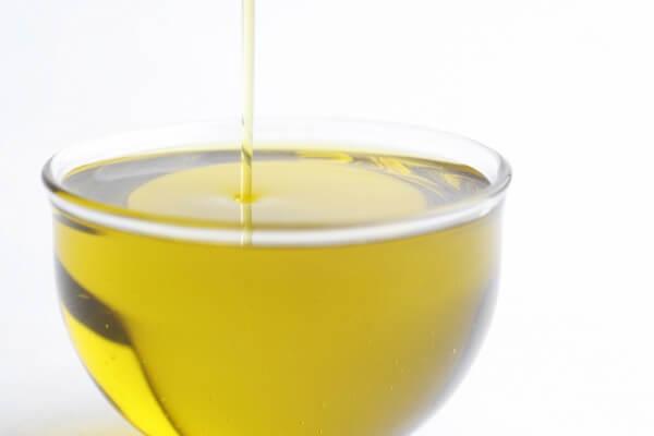 鮮度の良いエクストラバージンは、オリーブの実の生搾りジュース