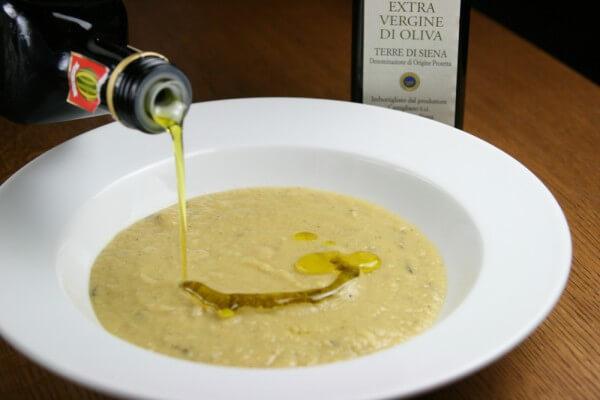 美味しいオリーブオイルは、料理の仕上げにたっぷり