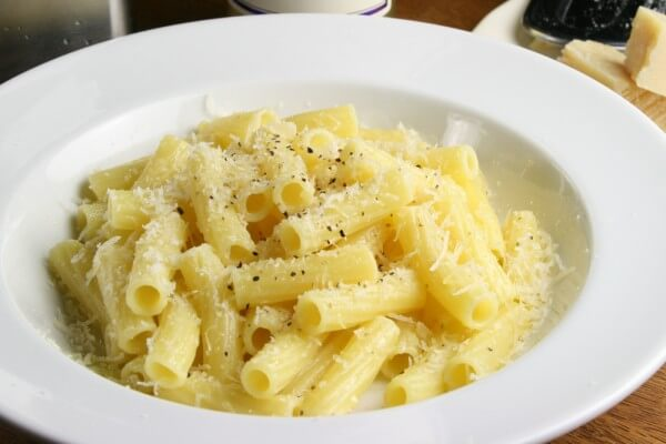 茹でただけのパスタにチーズと黒コショウ