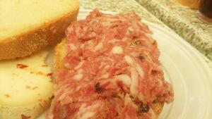 一見生肉のように見えますが、トスカーナ州シエナ周辺のサラミです。これを唐辛子入りのペコリーノチーズとサンドイッチ。絶品です。ただし、このサラミは日本に輸入できないと思います。