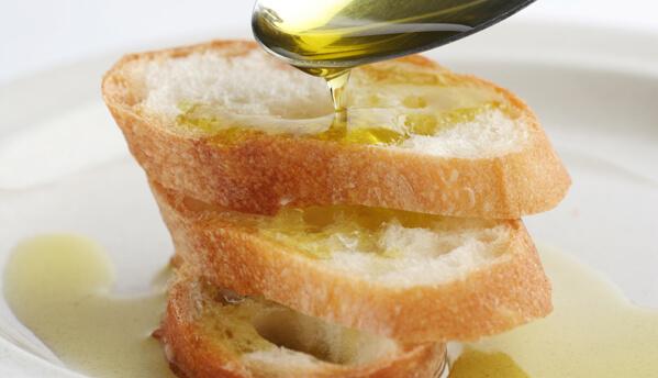 飲んで良いオリーブオイルとパン