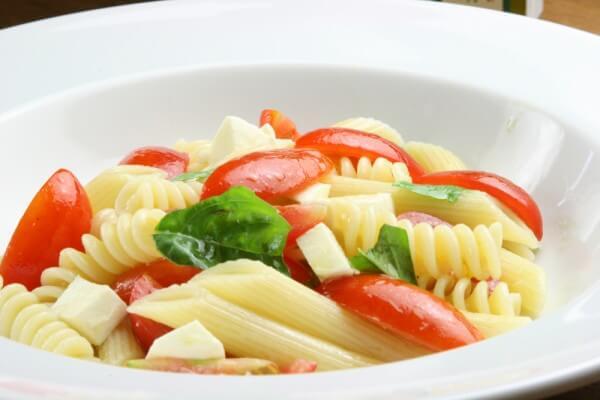 簡単冷静パスタ、トマトとモッツァレラチーズをあわせただけ