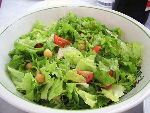 簡単な美味しいオリーブオイルのサラダ