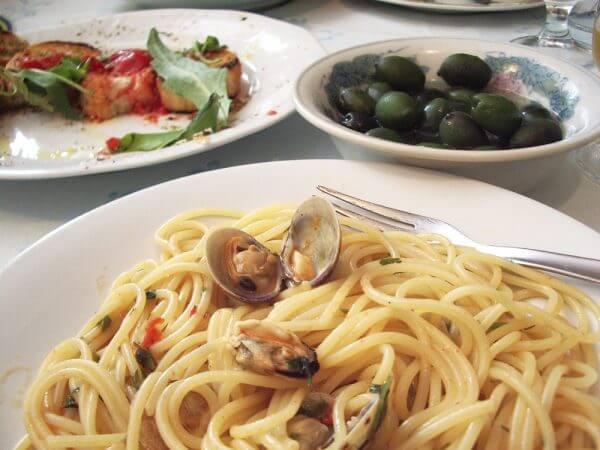イタリアの田舎の食堂で食べるパスタ